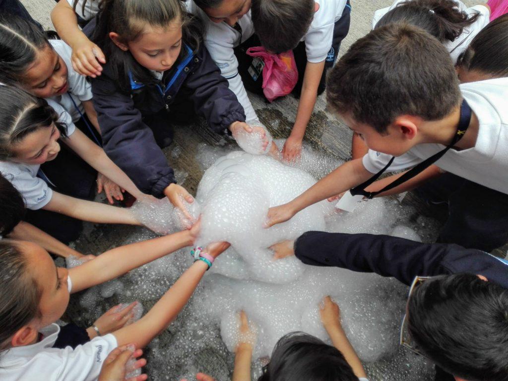 Experimento de ciencia con hielo seco y jabón