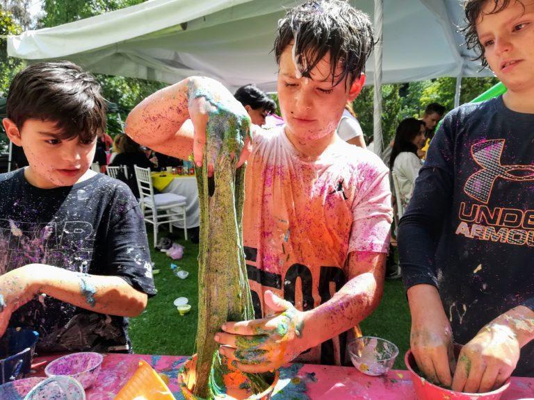 Niño haciendo slime en fiesta de slime