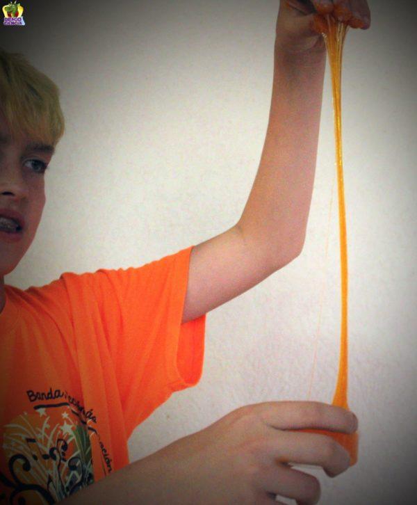 Niño con slime